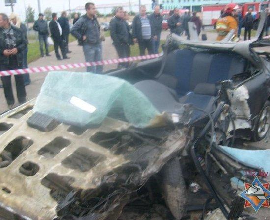 В Чижовке столкнулись VW и Honda, Honda вылетела в столб