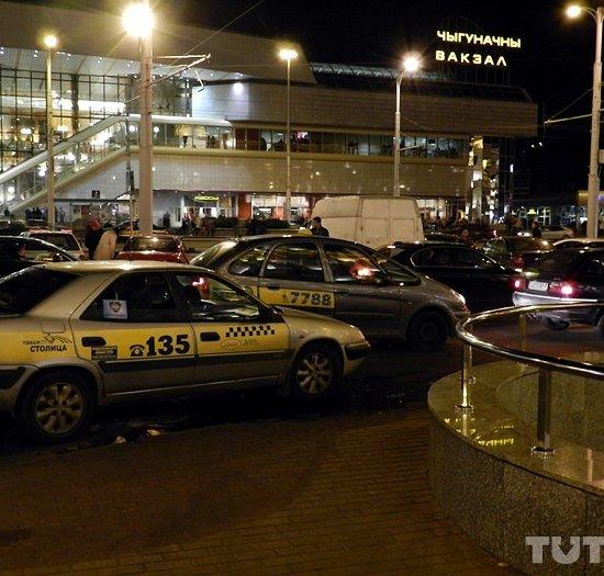 """Стоянку такси на Привокзальной """"закроют"""" шлагбаумом, таксистам с лицензией выдадут карточки"""