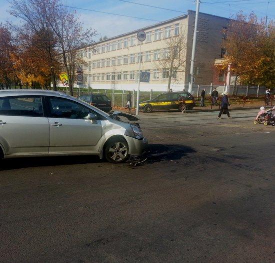 В Минске такси проехало на красный, столкнулось с Toyota и вылетело на тротуар