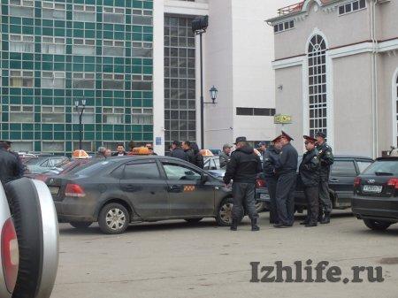 Ижевск. Таксисты устроили разборки с нелегалами около вокзала