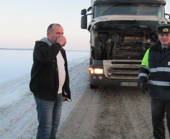 ГАИ Гродно наливает водителям и пешеходам горячий чай