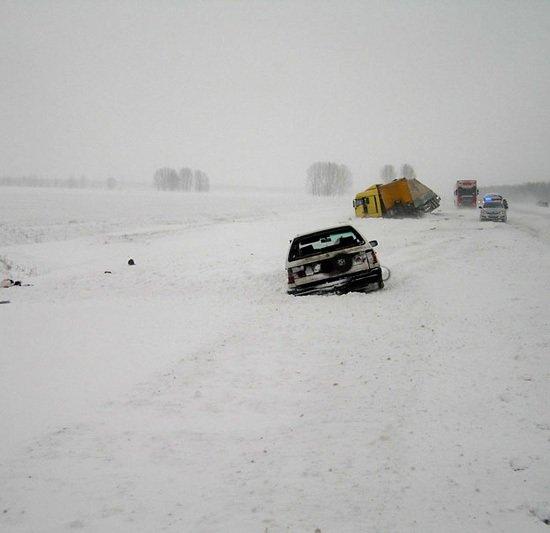 Фура выехала на встречную и опрокинулась на Opel
