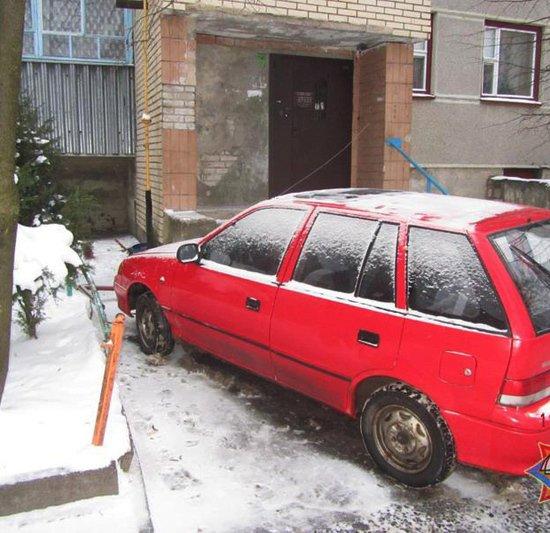 Волковыск: на автомобиль упала балконная рама, а потом его водителю выписали штраф