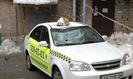 В Киеве ледяная глыба разбила автомобиль такси