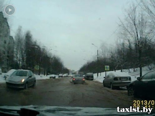 Потоп на одной из улиц Минска: как дрейфовали автомобили (видео)