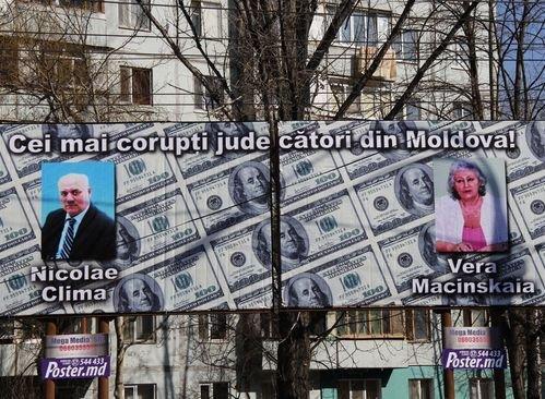"""В Кишиневе появились рекламные панно с изображениями """"самых коррумпированных судей Молдовы"""""""