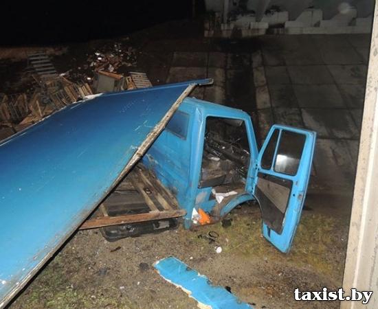 На МКАД автомобиль упал с путепровода