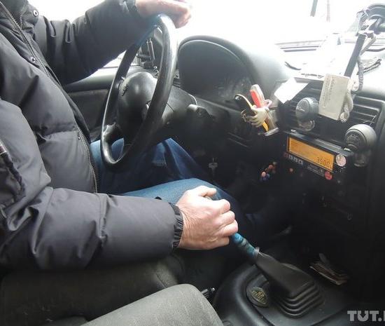 """Почти Дед Мороз: минский таксист на желтой """"Волге"""" угощает клиентов карамельками и верит, что """"если к людям по-человечески, то и они так же"""""""