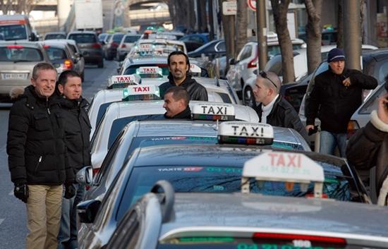 Во Франции проходит одна из крупнейших в истории страны забастовок таксистов