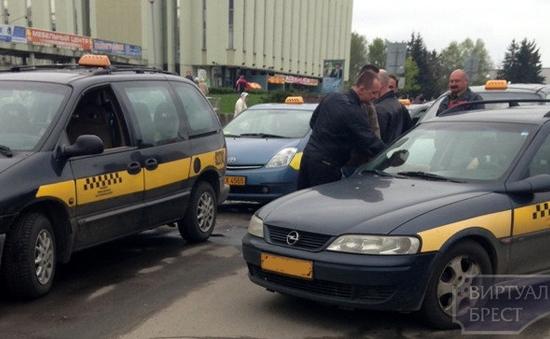 Войны конкурентов: в Бресте за клиента таксисты бьют друг другу лица и машины