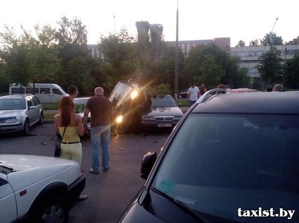 В Минске пьяный водитель припарковался на крыше другого автомобиля