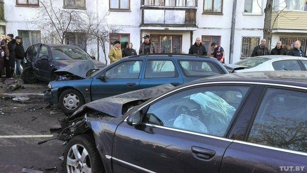 В Минске мужчина порезал жену и двоих детей и пытался скрыться. Его Audi A8 на огромной скорости протаранила 5 авто: погибли 2 человека